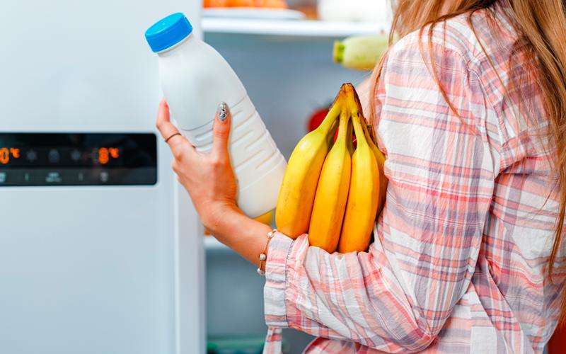 colocar los alimentos en el frigorífico